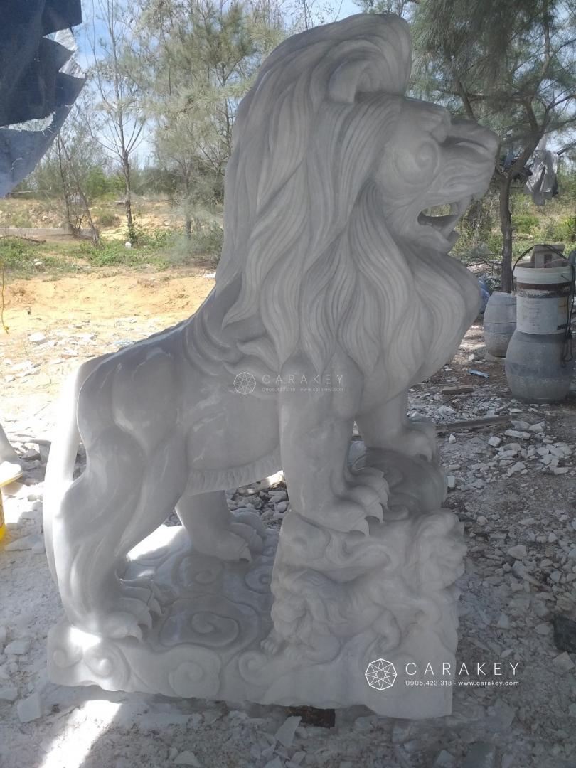 Cặp sư tử đá trắng